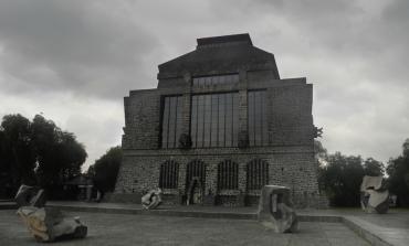 El placer de la materia en la obra de Jorge Yázpik se confronta con la arquitectura del @Anahuacalli