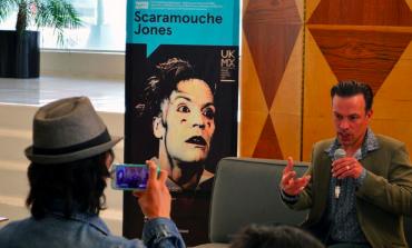 ¿Cómo afrontar el desencanto y la brutalidad del siglo XX? Riendo con Scaramouche Jones