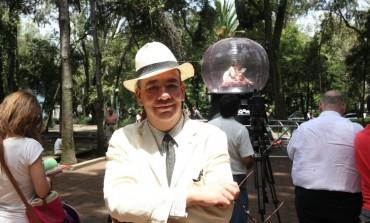 Nicolás Alvarado lleva por la ciudad sus burbujas llenas de teatro, en el Dramafest