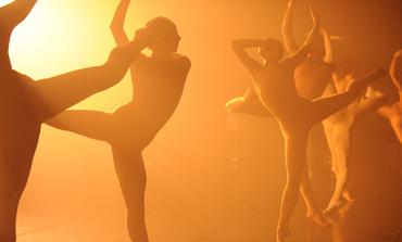 ¿Qué surge de una bailarina y un organizador de fiestas tecno? Descúbrelo en el @Cervantino, con L-E-V