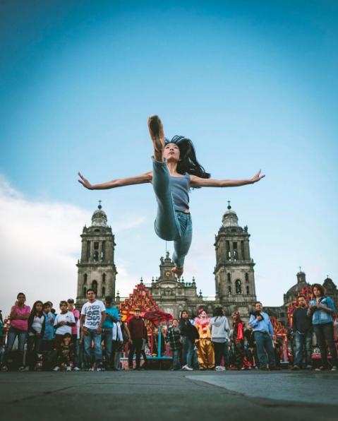El fotógrafo Omar Z. Robles captura instantes de belleza en medio del caos